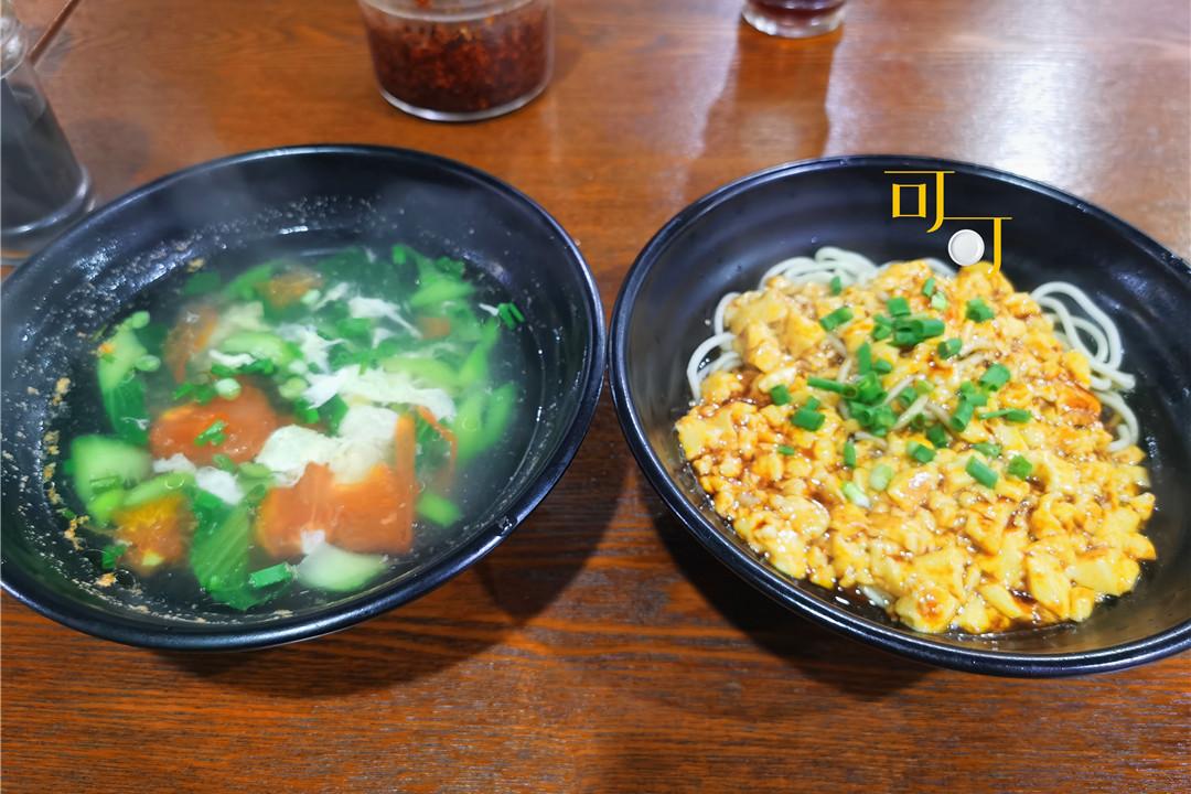 一个人去街头小馆吃晚餐,13元就能吃饱,嵊州豆腐拌面吃过吗?