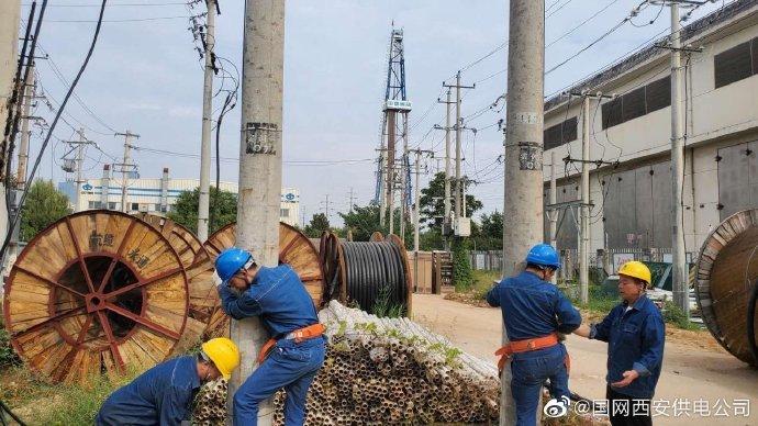 高新供电分公司对新进人员进行上杆培训