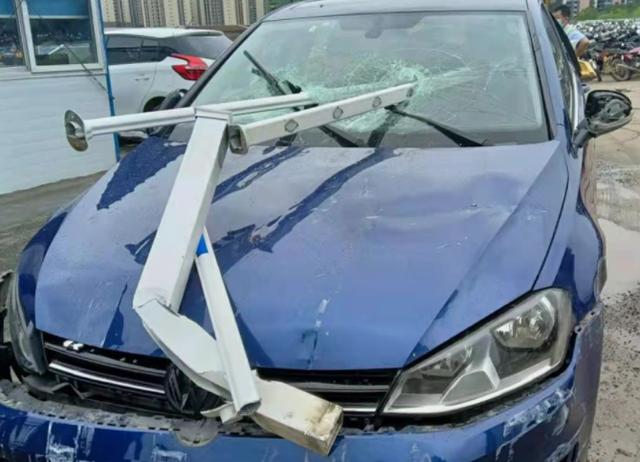 广东河源女司机撞护栏图片脸被戳穿 河源女司机ct下巴怎么了