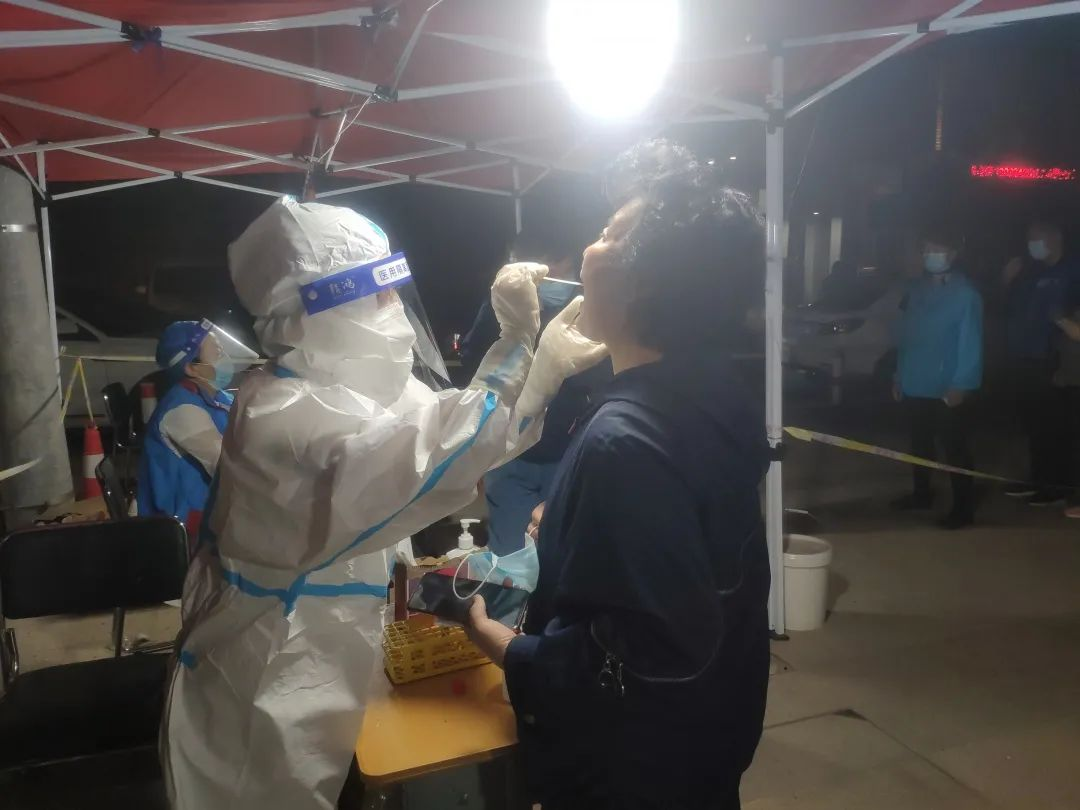 沈阳爱尔眼科医院医护人员全力驰援核酸检测工作和新冠疫苗接种工作
