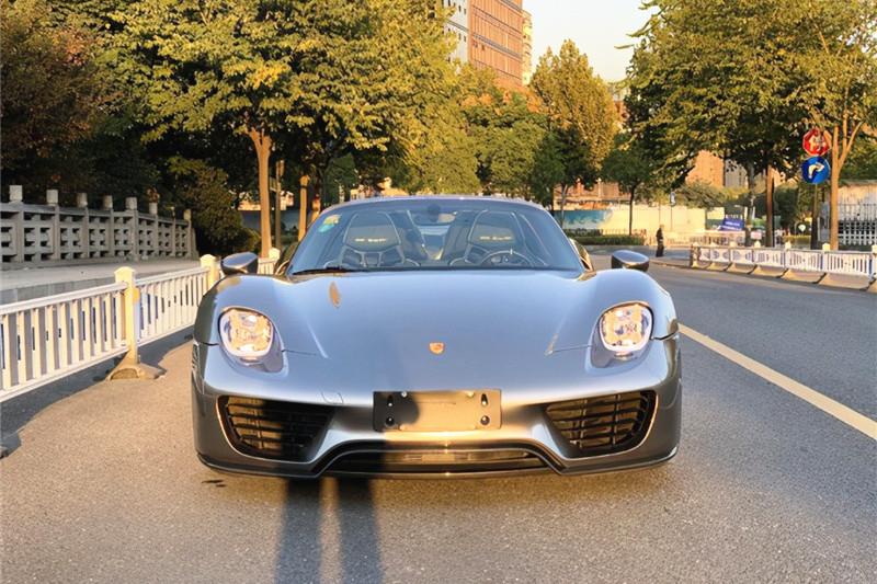 云南街头现1500万保时捷,网友:什么样的人,才能配上这个车?