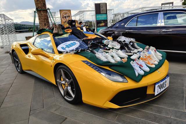 豪车摆地摊:穷人谋生的手段变成富人炫富的工具!