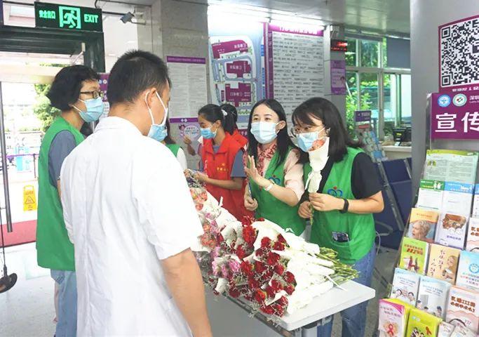 中国医师节那天,深圳市罗湖区人民医院的医生一早收到了鲜花和祝福……