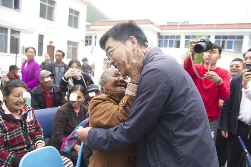 这位深圳医生,因为「扶贫」走进了人民大会堂