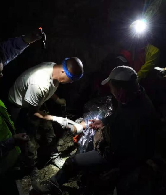 救援队断水驴友却烧水泡茶 事后说的一句话令网友愤怒