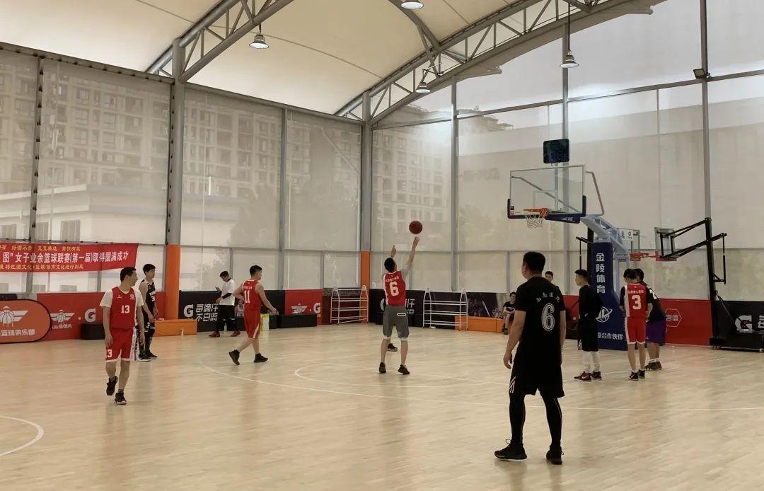 五四青年节前夕,西南医院和重庆北部宽仁医院约了一场篮球友谊赛