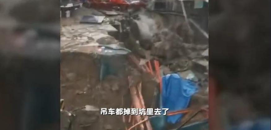 郑州地铁在建12号线发生塌方 目击者:雨水倒灌
