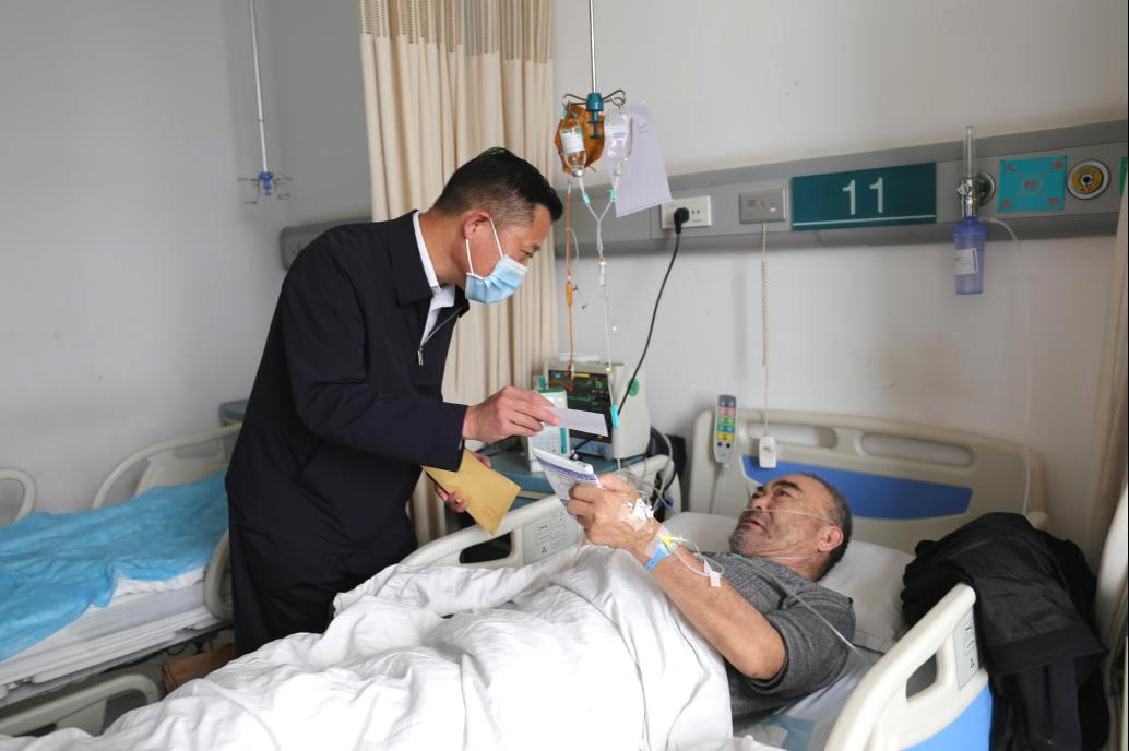 重阳节,党委书记为住院老年患者送饺子 