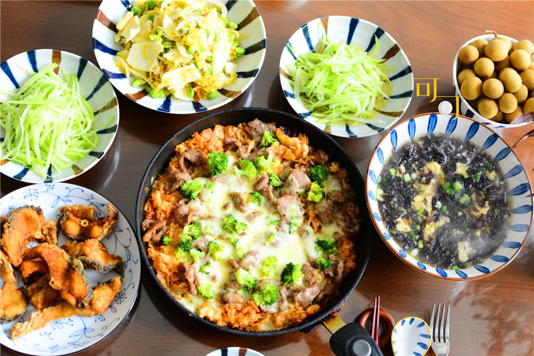 爸妈来家吃饭,做了一锅泡菜牛肉芝士焗饭,夸我做得好吃有新意