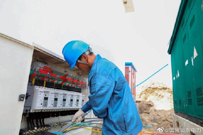 迁建三合村村台开展分支箱 电表箱的安装
