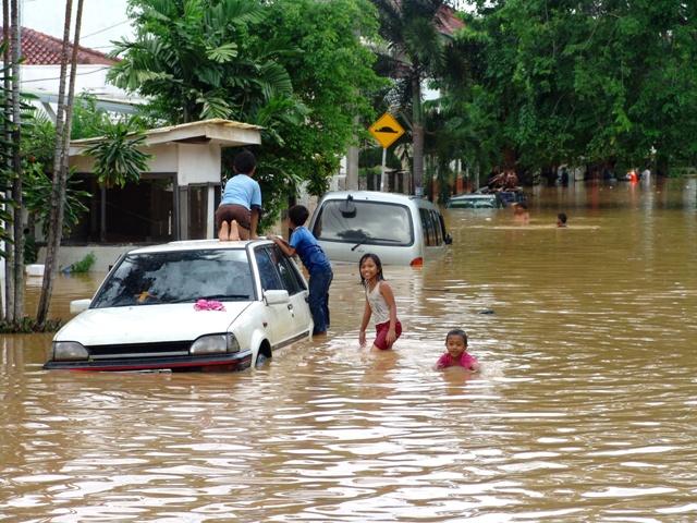 洪灾车子被淹了保险公司赔吗 暴雨水灾车泡水保险赔多少