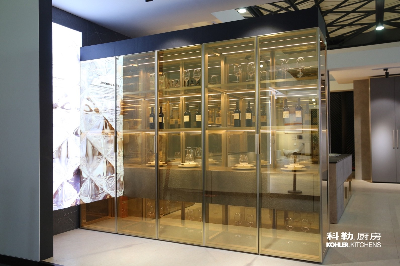 科勒橱柜晶至系列用金色镀膜玻璃打造全透陈列柜打破空间隔阂