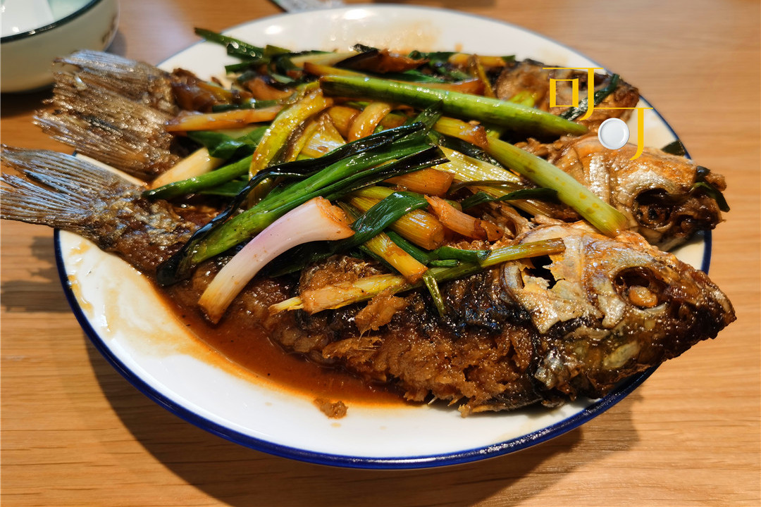 东钱湖这个村子以诗画为名,中午农家乐3个菜108元,葱烧鲫鱼好吃