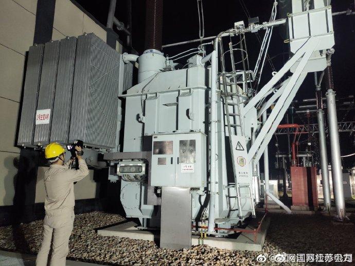 500千伏钟吾变电站值班员开展全站测温工作