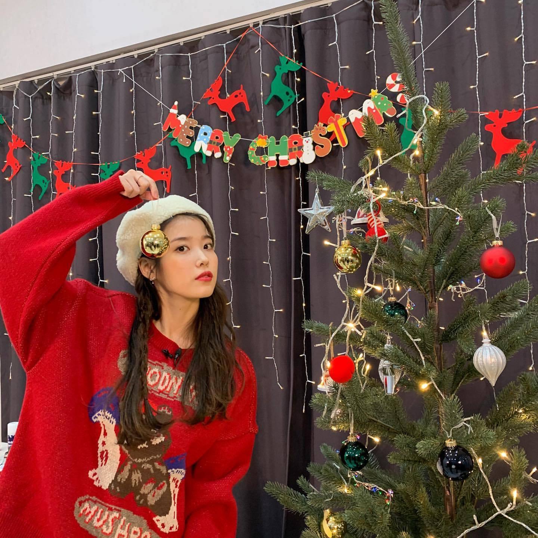 IU的INS更新圣诞装搭配 看起来实在太可爱了!