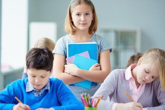 在上课时遇到这样调皮的学生,令人哭笑不得,老师该如何办?