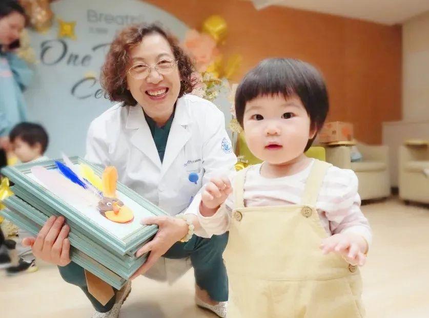 产科医生和宝宝的见面会:「谢谢你,把我从妈妈肚子里拉了出来!」