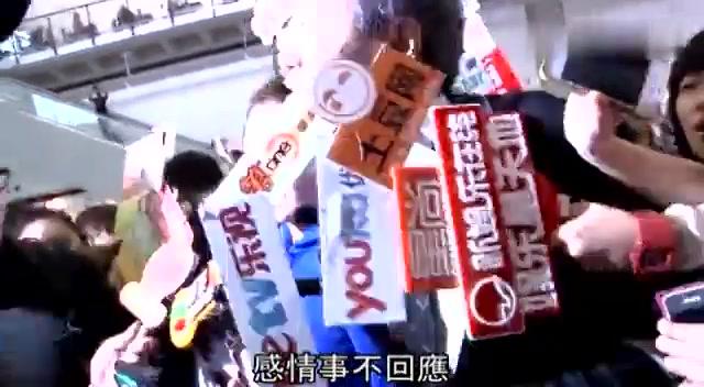 何超云返港拒回应与陈山聪假分手 脱情侣手表笑迎半百记者追访