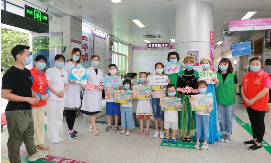 儿童节这天,「冰雪女王艾莎、安娜」到罗湖医院给孩子们送来节日祝福
