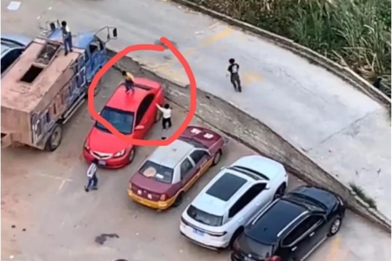 广东6个孩子,把路边汽车当成蹦床踩踏,老师淡定在一旁拍照!