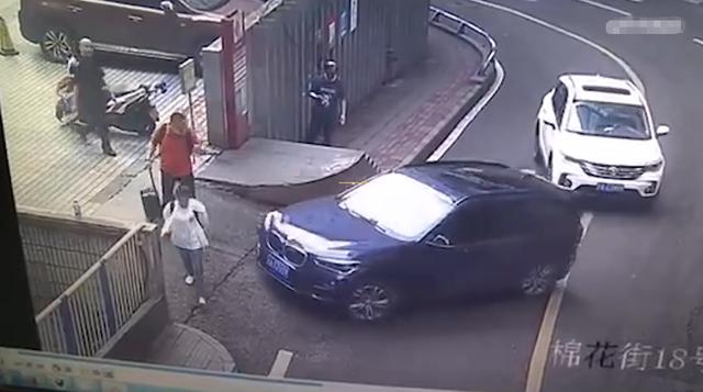 惊了!女司机拐弯差点怼上路人 男子回头刚要发火却目睹更可怕一幕