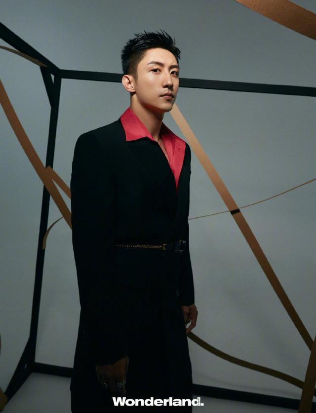 黄景瑜身着利落潇洒时装 展现随性自然的型男格调