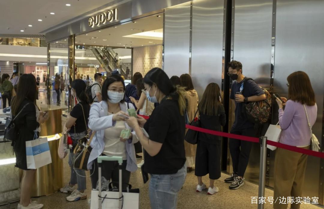 调查显示:在港内地人士每月花70.2亿买奢侈品,大幅提振香港经济