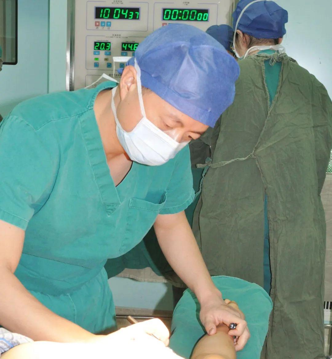 女子患乳癌乳房被切除,医生用背阔肌重建获成功