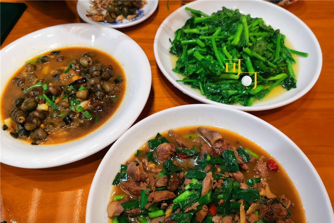 新昌穿岩十九峰下的村庄,350元的民宿,两个人的晚餐只要85元