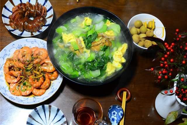周末登山看红梅花,晚餐简单两菜一汤,四川麻辣香肠太下饭了