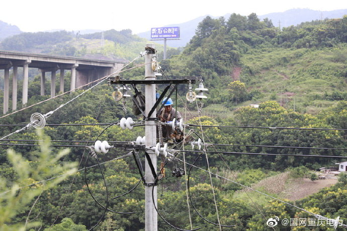 沱东线的新增架设电杆和改道更换电缆等工作