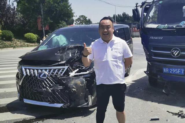雷克萨斯LM国内首撞,车主貌似还挺开心!货车司机估计要哭!