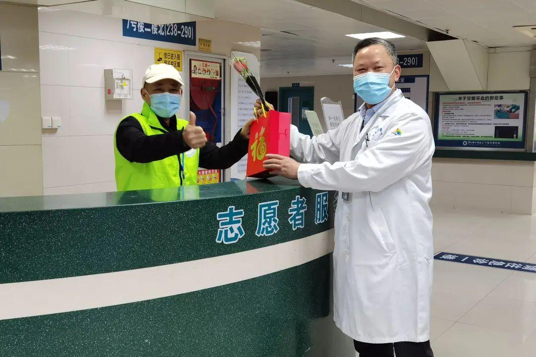 向大年初一仍坚守岗位的宁波华美医院工作人员送上鲜花与祝福