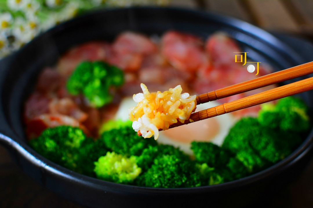 油润的香肠和米饭搭配,再加个鸡蛋,这锅饭让我家的餐桌增色不少