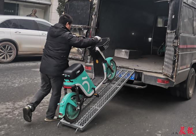 南昌昨开出首张共享电动车违停罚单  第3张