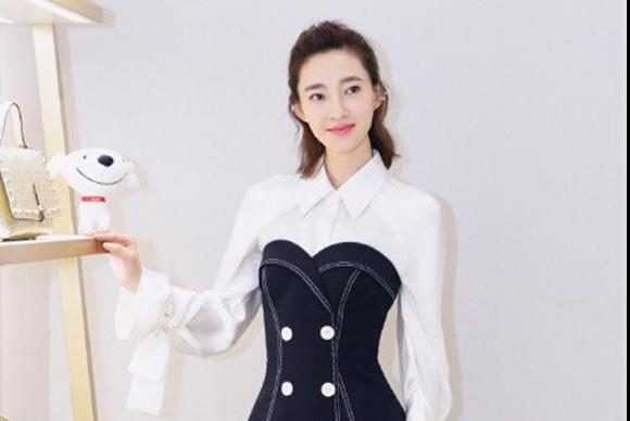 黑白撞色的穿搭,打造简约清新女神范,适合多种年龄段的女性