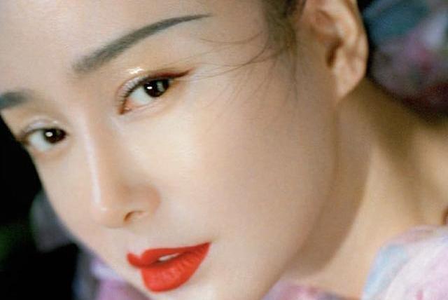 秦岚新写真像极了当年的知画,站在荷花间宛若仙子,柳叶眉好温柔