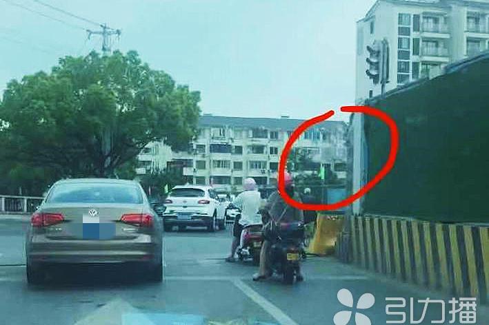 围挡遮住红绿灯,苏州姑苏区莫邪路和竹辉路交会路口市民行车不便