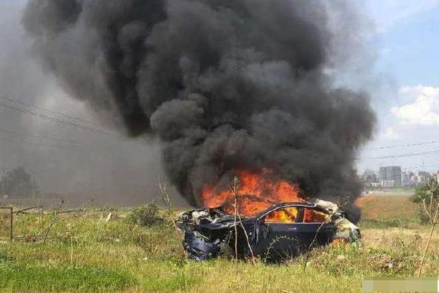 网传特斯拉又出大事故:行车突然提速到127,撞毁后自燃!