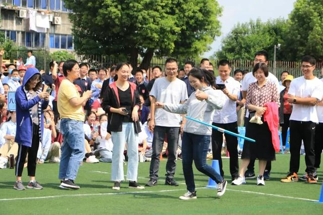 镇江市外国语学校第十八届体育节开幕式隆重举行