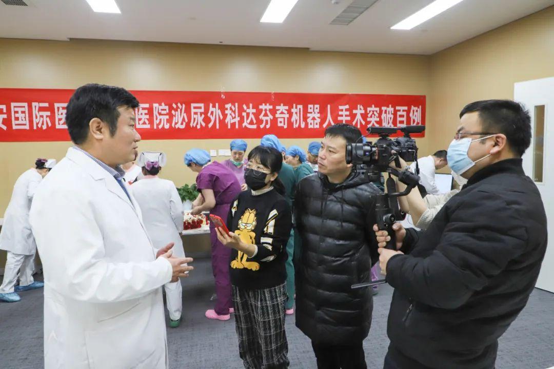西安高新医院泌尿外科达芬奇机器人手术突破 100 例