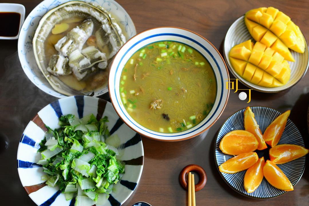 周末晒午餐,三个菜两个水果,老公说太清淡,餐桌上有盆花更美