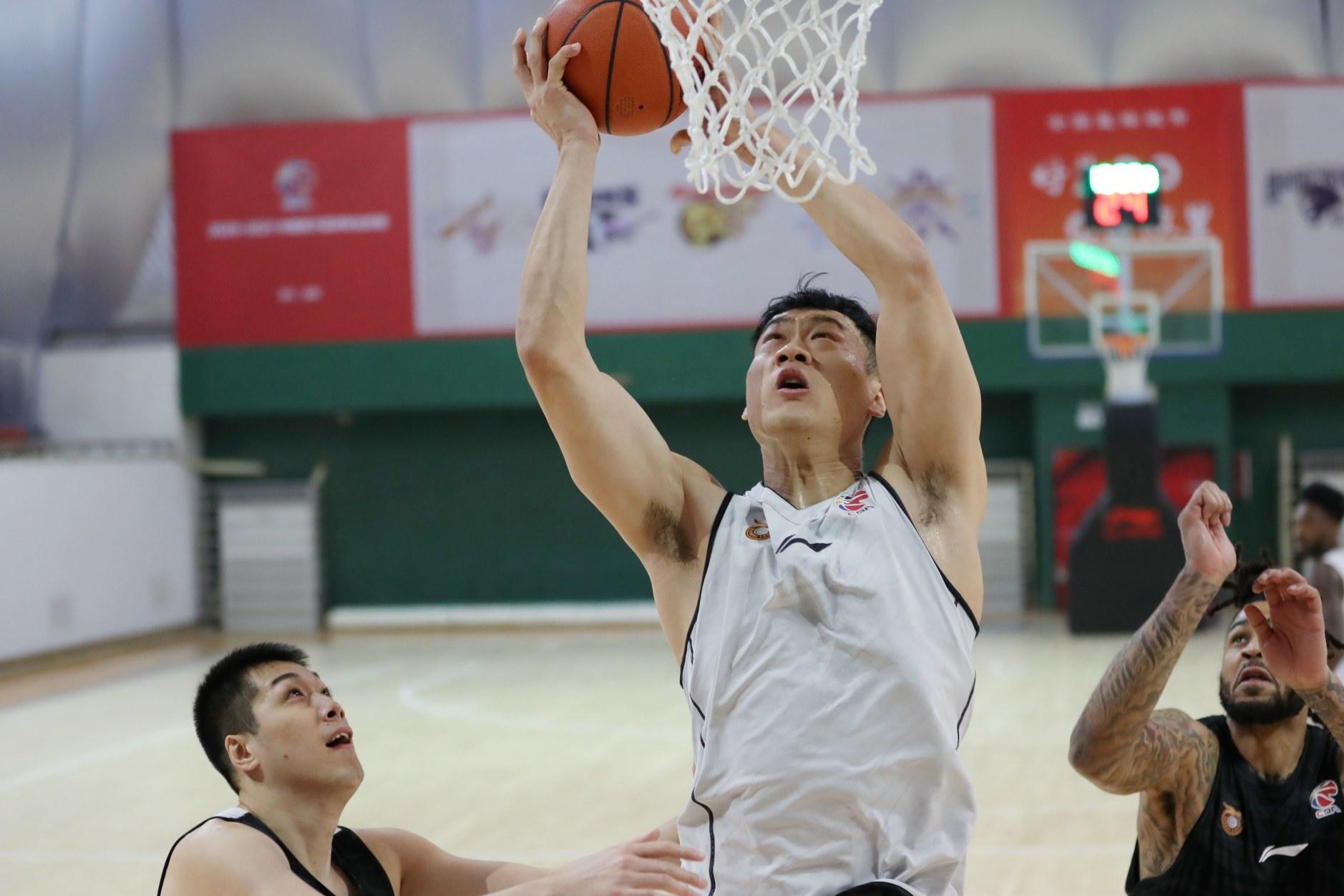 前山东男篮队长31岁过上老将生活,单场15分后很快陷入困境