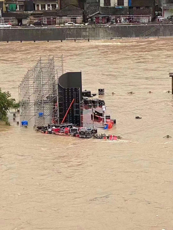 一户外演出现场被淹损失百万,灯光音响直接被冲走