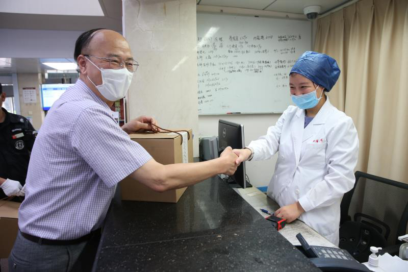 上海市卫健委路新畅组长一行高温慰问同济医院职工