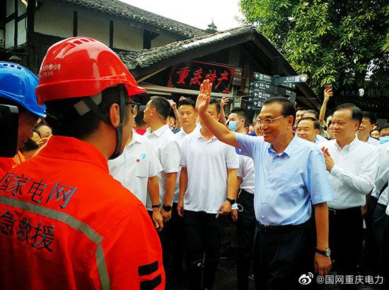 李克强慰问抗洪抢险的国网重庆电力员工时强调  一定要全力保障人民生命安全