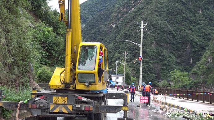 抢险:路基沉陷导致10千伏乐支线24号杆倾倒