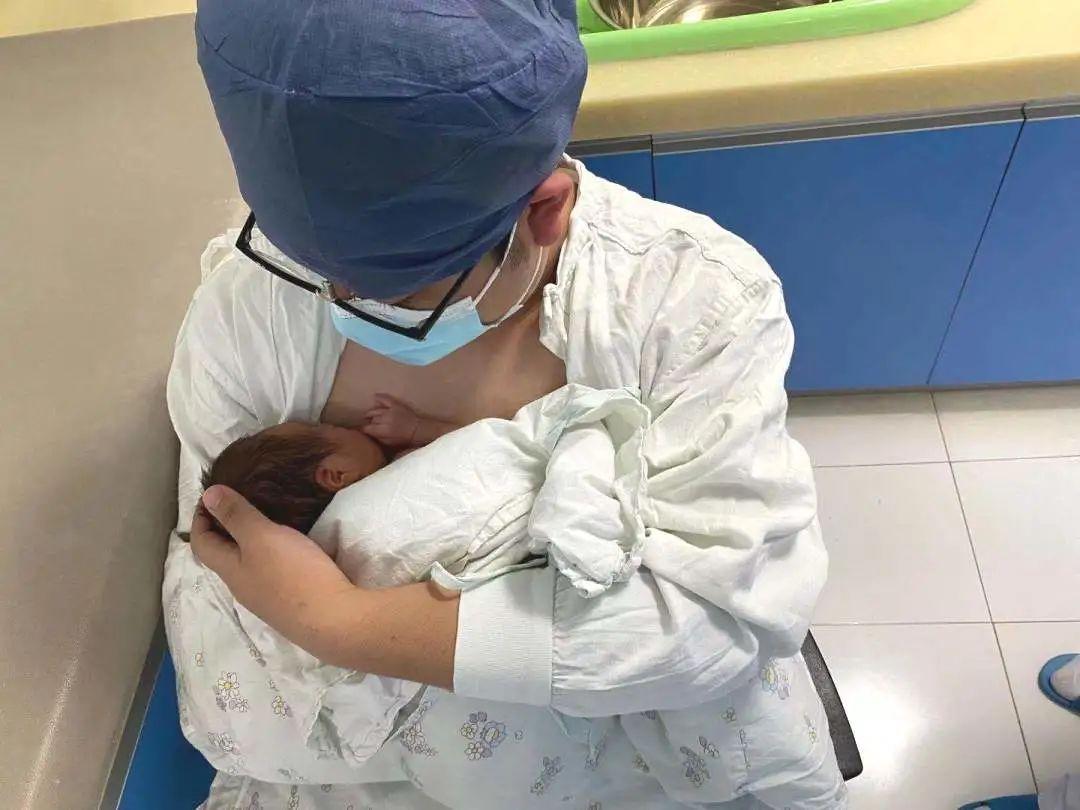 早产双胞胎弟弟突发血管栓塞,医护爱心接力守护宝贝平安