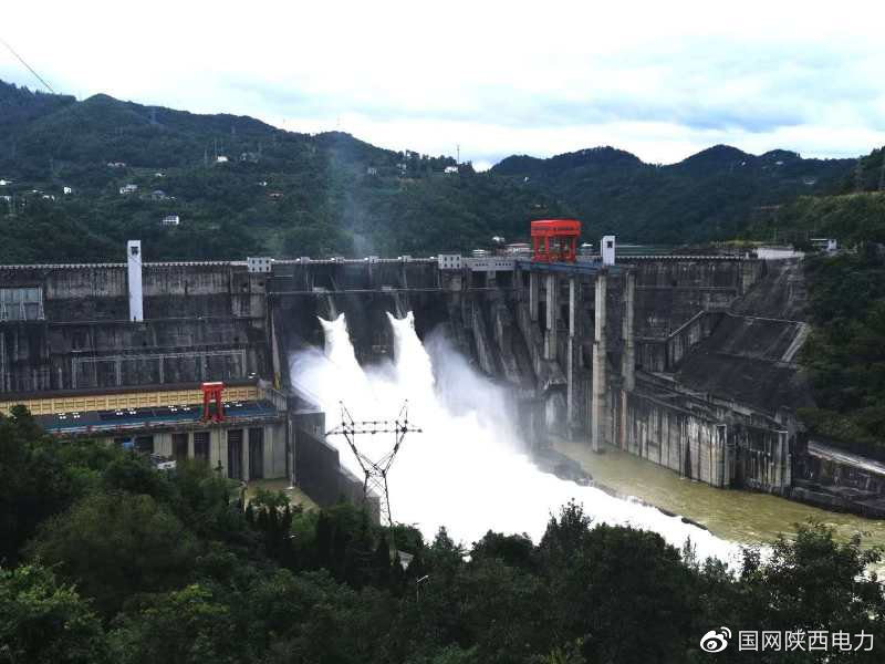 安康水电厂:今年首次开闸泄洪