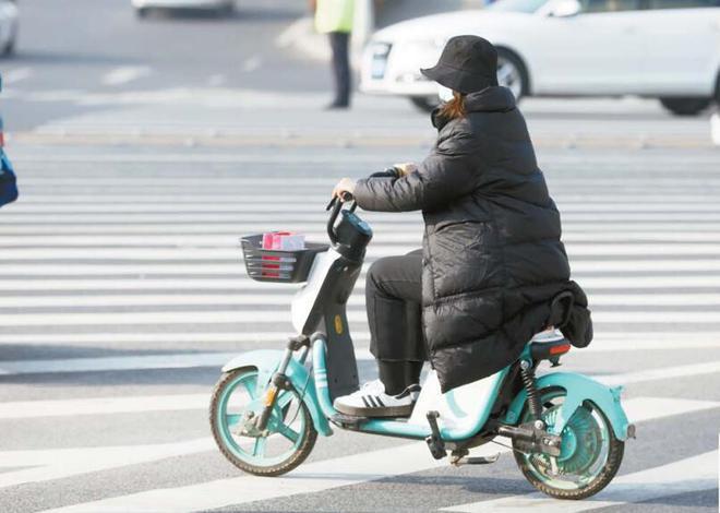 """不配头盔不挂牌 """"裸奔""""的共享电单车或将退出青岛街头  第3张"""